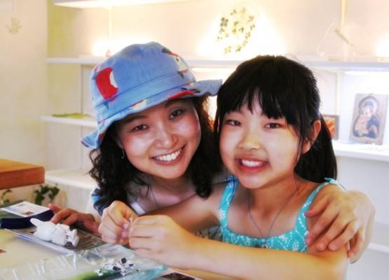 姉妹のような親子で星砂ガラス製作体験